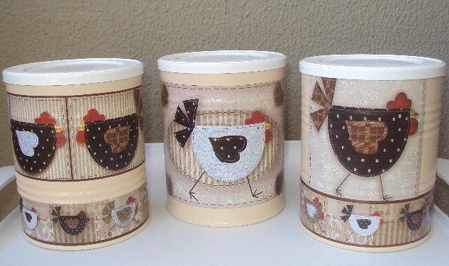 """Conjunto de 3 latas decoradas - """"Galinhas Carijó"""" <br>Ótima opção para decorar a cozinha e guardar bolachas, mantimentos... etc..."""