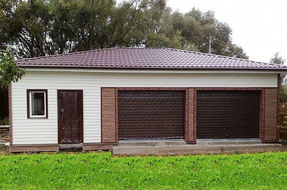 ГАРАЖ 10,5 Х 7 М  Один из самых больших гаражей для двух машин имеет дополнительное пространство сбоку и сзади, которое может быть использовано для хранения инвентаря или для мастерской.  http://www.metgar.ru/projects/proekty-garazhey/10-7-m/