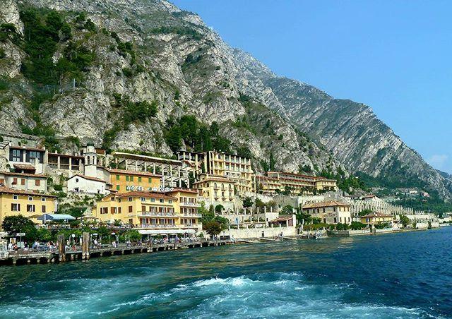 """Italien/ Italia  Gardasee/ Lake Garda/ Lago di Garda  Limone ist in und auf die Felsküste der östlichen Gardasee-Seite gebaut. Diese Mischung aus Felsen und Meer sind ein hervorragendes Klima für Zitronen.  Von hier kommt der bekannte Zitronenlikör """"Lemoncello"""" .. .. .. #italia #italien#gardasee #lakegarda #lagodigarda #lakegardaphotography #lake_garda #lake_view #nature #in2nature #italian_places #italian_photo #visititalia #lovetotravel #lifeofadventure #whereitravel #arte_of_nature…"""