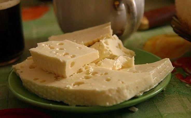 Ma bemutatjuk nektek, hogyan készíthettek sajtot házilag, csupán négy összetevőből, a legrövidebb idő alatt. Érdemes magas zsírtartalmú tejet használni, akkor sokkal finomabb. A család rajong érte! Hozzávalók: 1 l tej, 1 evőkanál só, 300 g tejföl, 3 tojás. Elkészítés: Tegyük bele a sót a tejbe és lassú tűzön melegítsük fel[...]