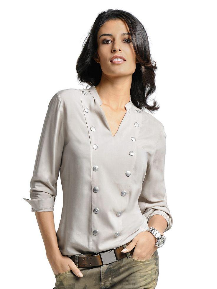 Bluse mit V-Ausschnitt und Stehkragen. Manschetten und aufgesetzte, silberfarbige Kugelknöpfe im Vorderteil. Figurumspielende Form, Länge in Gr. 38 ca. 66 cm. Weich fließende, softe Qualität. Obermaterial: 100% Viskose, waschbar...