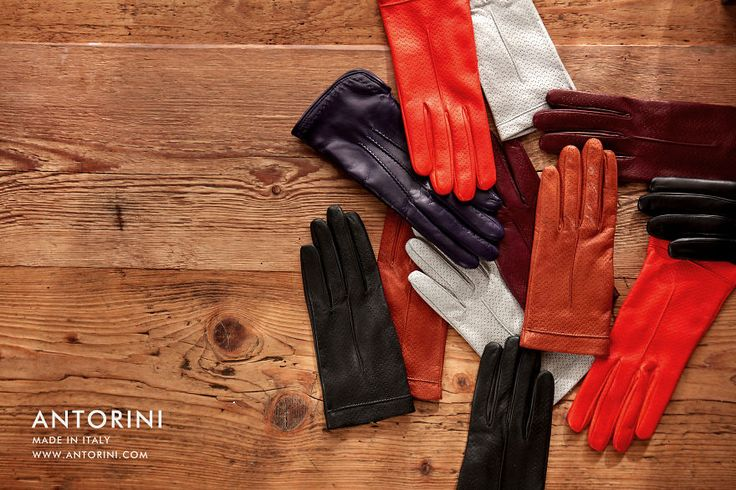Leather gloves between high fashion and crafts.