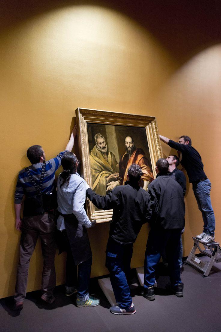 En plena instalación del lienzo 'San Pedro y San Pablo'.