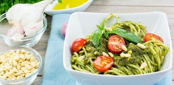 Courgetti Met Pesto En Oven-tomaatjes recept | Smulweb.nl
