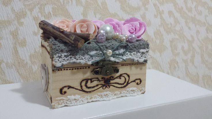 Scatolina in legno decorata a mano con fiori in fimo
