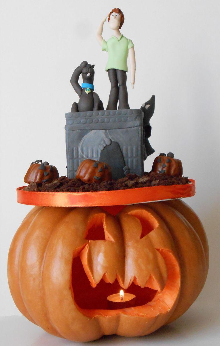 Castello stregato e zucche decorate in pasta di zucchero.. Shaggy e Scooby in pasta di zucchero
