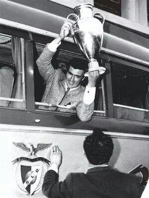 José Águas com a Taça de Campeão Europeu