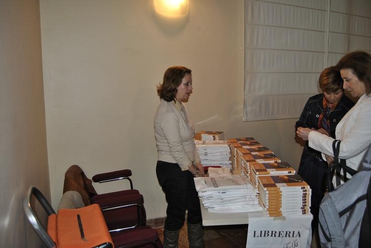 La librería Manuel de Falla vendiendo los poemarios antes y durante la presentación