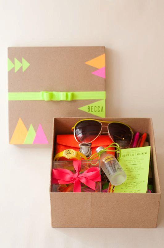 También puedes llenar estas cajas de regalo personalizadas con cosas que te gusten y dárselas a las invitadas | 21 sencillos detalles para hacer que una despedida de soltera sea inolvidable