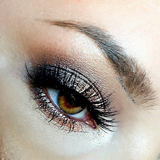 This eye look is the @shopvioletvoss @violetvosscosmetics Drenched Metal palette and Vamptress lashes