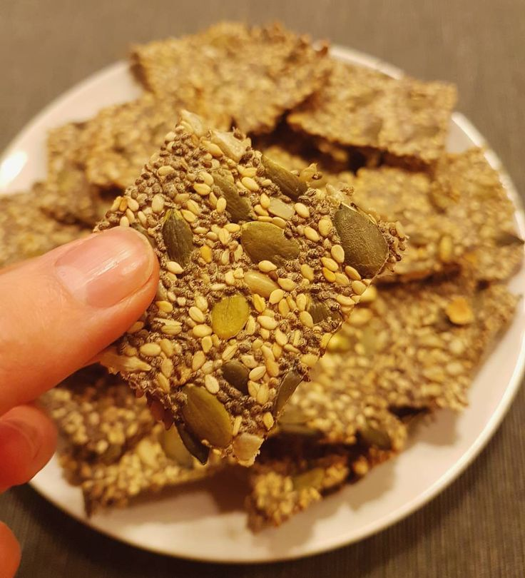 Crakers de sementes: são as bolachas mais fáceis de sempre de se preparar e são feitas com ingredientes que todos temos em casa! Como se não bastasse são um excelente snack para o dia-a-dia! Perfeitas