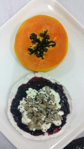Café da manhã saudável: tapioca, geléia diet de amora, queijo cottage sem lactose, semente de girassol e chia. Mamão.