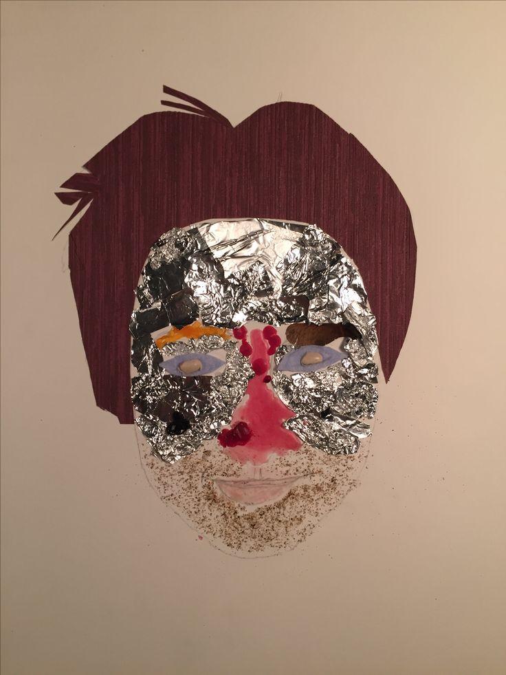 """Gebruikt materiaal: -behang papier voor haar, -zilverpapier voor voorhoofd en wangen, -kaasrand voor rechter wenkbrauw, -""""helikoptertje"""" voor linker wenkbrauw, -kaarsvet voor neus, -een vod voor de twee ogen, -een witte boon voor de twee pupillen, -peper voor de baard, -lippenstift voor de lippen, -zwarte draad voor mijn stipje op mijn gezicht onder mijn rechter oog."""