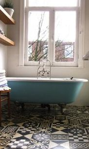 Love the bold-patterned floor, and the turquoise claw-footed tub isn't too shabby either.