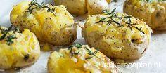 Deze geplette aardappels, ook wel smashed potatoes genoemd, zijn lekker als bijgerecht bij een stukje vlees en groenten