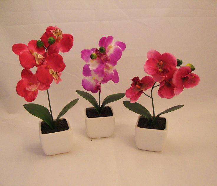 Orquídea artificial três tons de cores,vaso de porcelana branca. ALTURA-26 CM. DIÂMETRO- 17 CM.