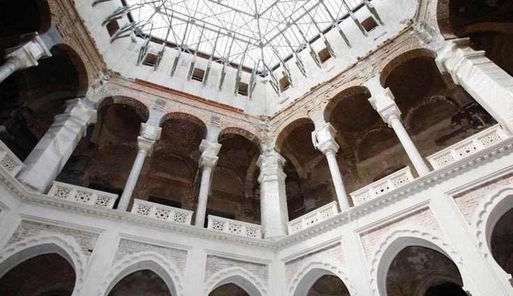 La antigua Biblioteca de Sarajevo, uno de los símbolos de la ciudad y que fue arrasada durante la guerra de Bosnia en 1992, ha sido reabierta hoy en una ceremonia solemne después de 18 años de reconstrucción.