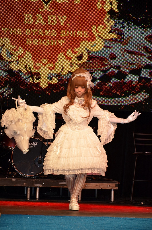 Baby, The Stars Shine Bright, Anime Matsuri fashion show. Love the bouffant!    wig is: http://www.gothiclolitawigs.com/gothic-lolita-wigs/countess-collection-coco-light-brown/