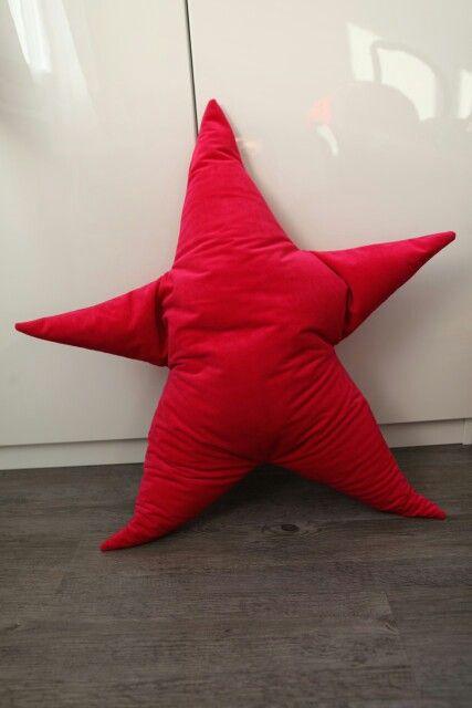 Coussin étoile géante - velour rose fushia, rembourage en billes de polystyrene.  Made in Claire de Lune