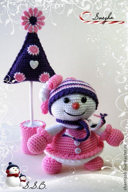 Снежинка-Неженка. Интерьерные игрушки.    Нежная снежная девочка с веселой елочкой. С улыбкой и праздничным волшебным настроением войдут в ваш дом.    Работа связаны крючком из гипоаллергенного акрила детского  Цена указана за снеговика…