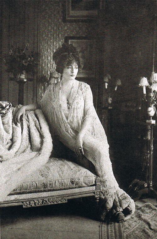 The actress Lantelme in Madeleine Vionnet's déshabillé, designed in 1907 at Maison Doucet.