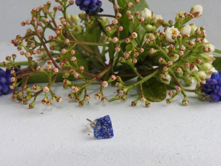 Clou d'oreille unique - lapis lazuli brute - pierre minérale - pierre naissance sagittaire - mono-boucle d'oreille - clou pour piercings de la boutique PerlesetMerveilles sur Etsy