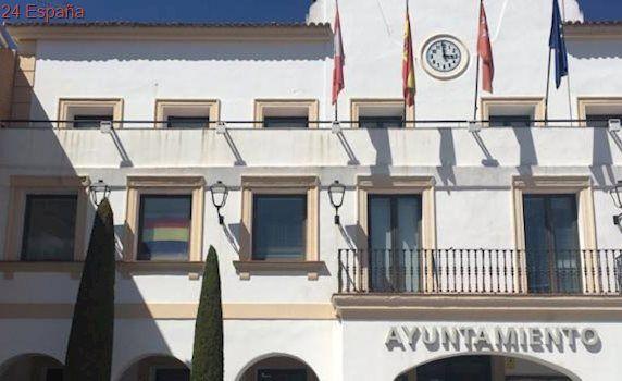 Colocan una bandera republicana en el Ayuntamiento de San Sebastián de los Reyes