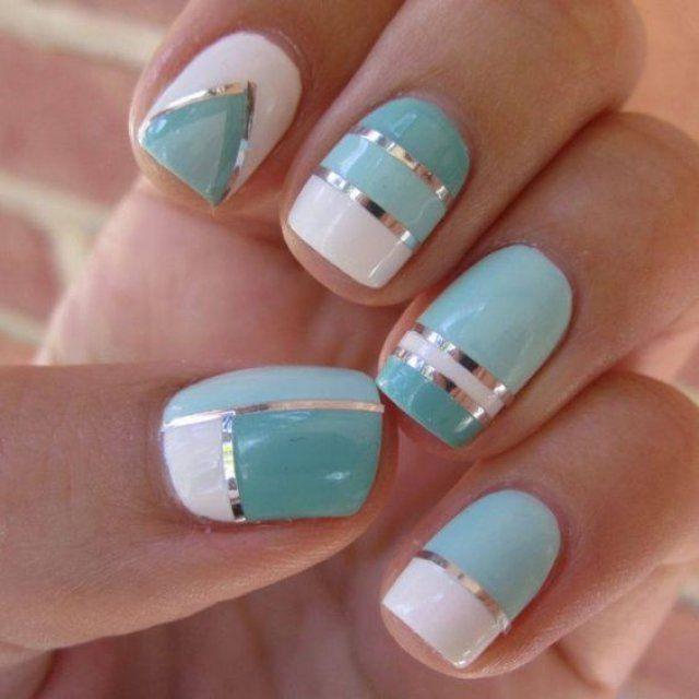 Nail art bleu et blanc avec rayures argent