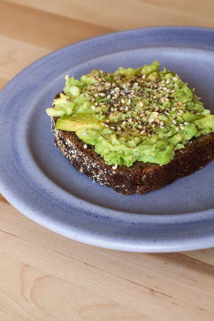 Avokado tost sa pasiranim avokadom i za'atarom