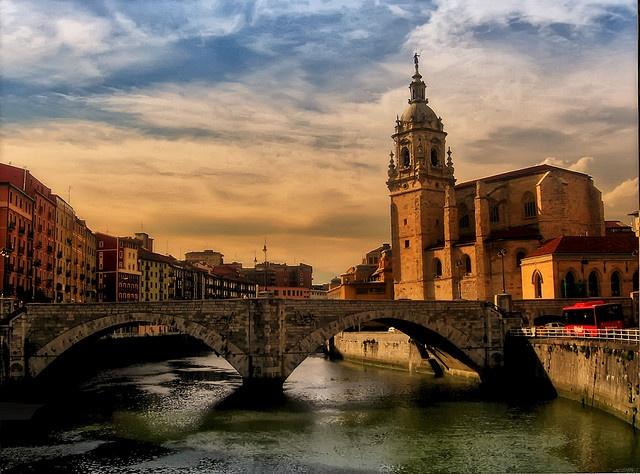 San Anton church and Nervión river. Bilbao. Bizkaia. BASQUE COUNTRY