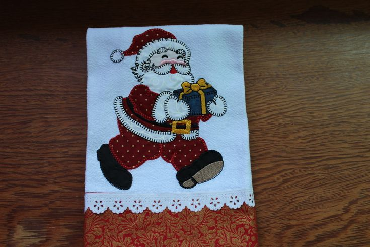 Pano de Prato Bordado Tipo Patchwork Natal Pano de prato em tecido 100% algodão. Medida: 45cm x 70cm Acabamento com tecidos e fitas. Enxuga muito Bem!! Uma graça para dar de presente neste Natal!!