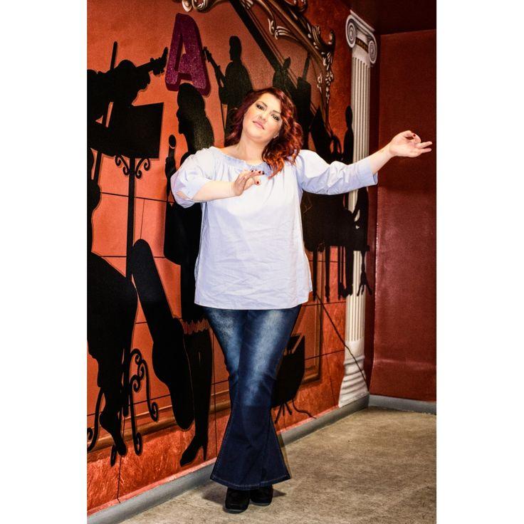 H Κατερίνα Ζαρίφη με #PlusSize πουκαμίσα ριγέ με ελαστική boatneck λαιμόκοψη, cut-out σχέδιο με διακοσμητικό φίογκο και παντελόνι jean καμπάνα με ξεβάμματα!   | Για αγορά πατήστε πάνω στην εικόνα