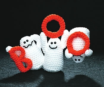 Cute crochet ghosts! Free pattern.