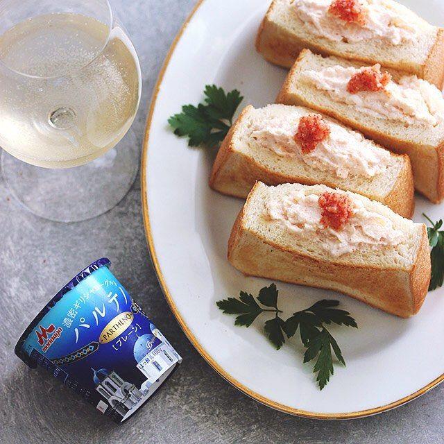 『パルテノを使ってヘルシーでクリーミーなタラモサンドイッチ』 . ギリシャヨーグルトのパルテノを使って美味しいサンドイッチを作りました。パルテノは高たんぱくでヘルシーで女性に嬉しいヨーグルトで、料理にもとっても使いやすくて、滑らかな舌触りとクリーミーな濃密食感はジャガイモや明太子とも相性抜群。パルテノは昔ながらの「水切り製法」を使用した、ギリシャ大使館からも公認されている正統派ギリシャヨーグルト、ぜひお試しください。こちらは森永乳業様よりパルテノをいただいてPRで投稿させていただいてます。 . <材料>2人分 ・パルテノ…1個 ・じゃがいも…100g ・明太子…30g ・こしょう…少々 ・食パン(4枚切り)…2枚 . <作り方> 1.じゃがいもを皮ごと茹でる。竹串がすっと通ったら取り出して皮を剝き、ボウルに入れ、温かいうちにフォークで潰し、少し置いて粗熱をとっておく。 2.明太子を薄皮から中身を取り出し1に加え、パルテノ、こしょうを加えて混ぜ合わせる。 3.食パンを半分に切り、内側に具を詰めるための切り込みを入れ、トースターで5分ほど焼く。…