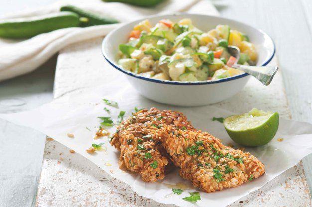Bramborový salát s dvojí okurkou a ryba ve vločkách