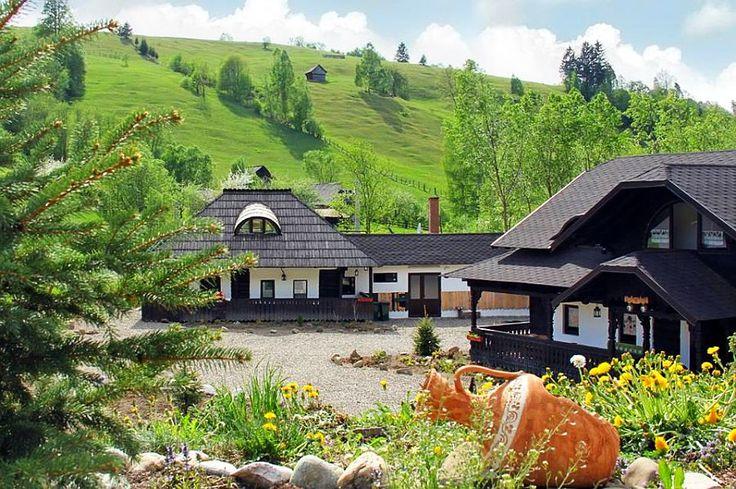 Soții Savin au salvat trei case tradiționale și au făcut un loc de poveste în Câmpulung Moldovenesc