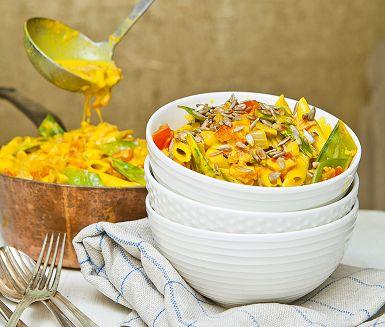Klart man kan laga en lyxigt krämig pastasås utan mejeriprodukter. Med havregrädde får denna saffransdoftande pastarätt både god smak och trevlig konsistens. I såsen ryms en rad fina frukter och grönsaker, som fänkål, apelsin, sockerärter och kronärtskocka.