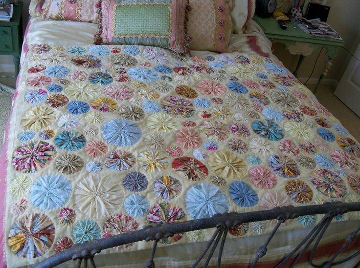 yoyo quilts | Kate's Frocks: Mom's Yo-Yo Quilt