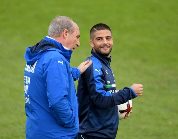 Head coach Italy Giampiero Ventura (L) and Lorenzo Insigne chat during the training session at the club's training ground  at Coverciano on November 10, 2016 in Florence, Italy.