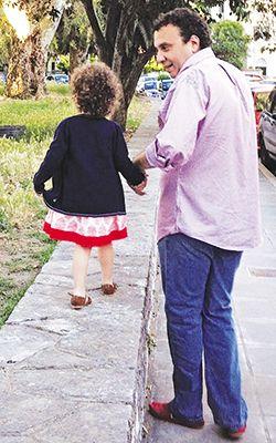 Ο Χρήστος Χωμενίδης με την κόρη του Νίκη, την οποία απέκτησε δύο χρόνια μετά τον χαμό του γιου του