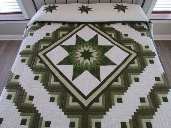 Groene ster in de cabine Quilt * King Size Quilt 110 x 116 * De center-ster is omringd met blokhut ontwerp * De diagonaal gewatteerde grens in donker groen en wit frames deze prachtige, handgemaakte gestikte quilt. * De witte achtergrond is gewatteerd in een bloemen motief. * De drie olijf- en donkere groene sterren op de vouw kussen blijven het thema voor deze prachtige quilt. * De geschulpte rand is gebonden met donker groene binding. * Het is gemaakt van katoenen stof met een witte…