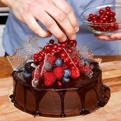 En lyxig, glutenfri chokladtårta med chokladganache och häftiga sockerdekorationer.