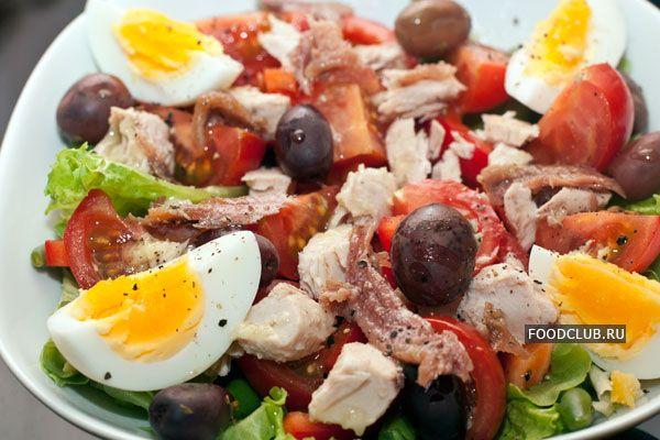 Салат нисуаз (Ниццский салат, салат «Ницца») широко распространен в мире, но местом его рождения считается французский город Ницца, как следует из названия салата.  Как все популярные блюда, рецепт салата нисуаз имеет множество вариаций. Часто, но не всегда в составе присутствует отварной молодой картофель, вместо куриных могут использоваться перепелиные яйца, заправка тоже может быть разной: с чесноком и без, с ароматными травами или даже с сахаром. Некоторые кулинары используют свежий…