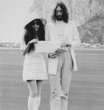 Yoko Ono e John Lennon (20 marzo 1969 alla Rocca di Gibilterra)Yoko era vestita con uno spezzato, minigonna con volant e blusa, calzettoni fino al ginocchio, scarpe da tennis e un grande cappello a tesa larga, tutto rigorosamente bianco candido.