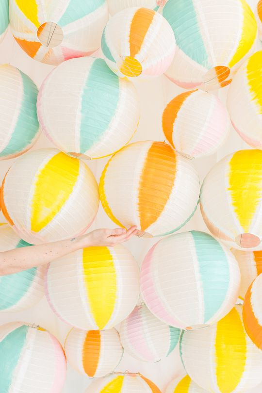 DIY beach ball back drop | sugar & cloth If they were orange, could be pumpkins for Halloween
