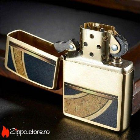 Zippo Gold and Black Design Brushed Brass este o bricheta Zippo cu un design office elegant, cu auriu si negru. Partea din mijloc iti ofera spatiu pentru a personaliza bricheta. Impresioneaza-ti colegul de munca cu un cadou inedit.
