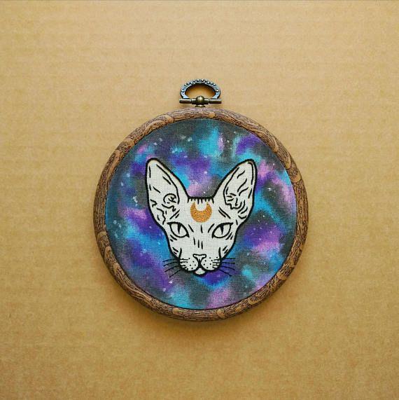 Ruimte Sphynx kat met halve maan detail Hand borduurwerk hoepel Art (moderne borduurwerk muur opknoping - tattoo borduurwerk)