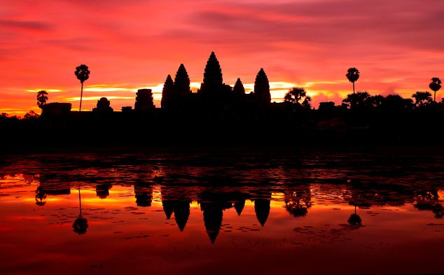 Angkor Wat là một trong 7 kỳ quan thế giới mới, di sản văn hóa thế giới do Unesco công nhận. Ngôi đền cổ kính như một bảo tàng lịch sử vô giá, một thắng cảnh mà du khách không thể bỏ qua khi đến vương quốc Campuchia xinh đẹp. http://vi.asianessencetours.com/campuchia/diem-tham-quan/siem-reap/nhung-dieu-nen-lam/angkor-wat.aspx