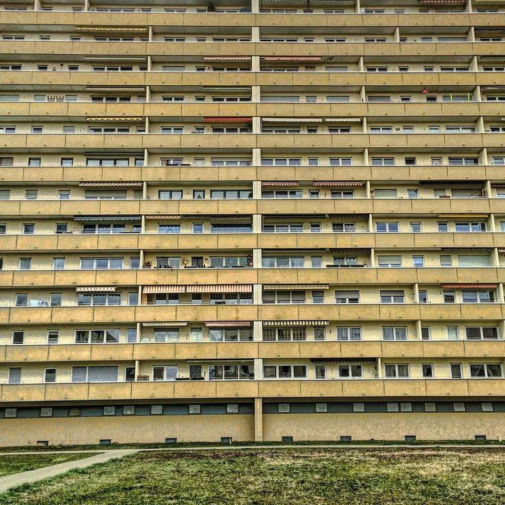 Das Wetter hat am Wochenende ja nicht wirklich überzeugen können daher gibt es heute Abend mal das Gegenteil von nhp_nuernberg_blueht   Die beeindruckende Hochhaus Fassade steht im Nürnberger Osten im Stadtteil #Zerzabelshof (Zabo). Wir wünschen euch einen guten Start in die neue Woche kann wettertechnisch nur besser werden  (rh)  #facade #facadelovers #fassade #urbanromantix #urbanexploring #buildings #nbg_architexture #architecture #archilovers #arkiromantix #urban #hochhaus…