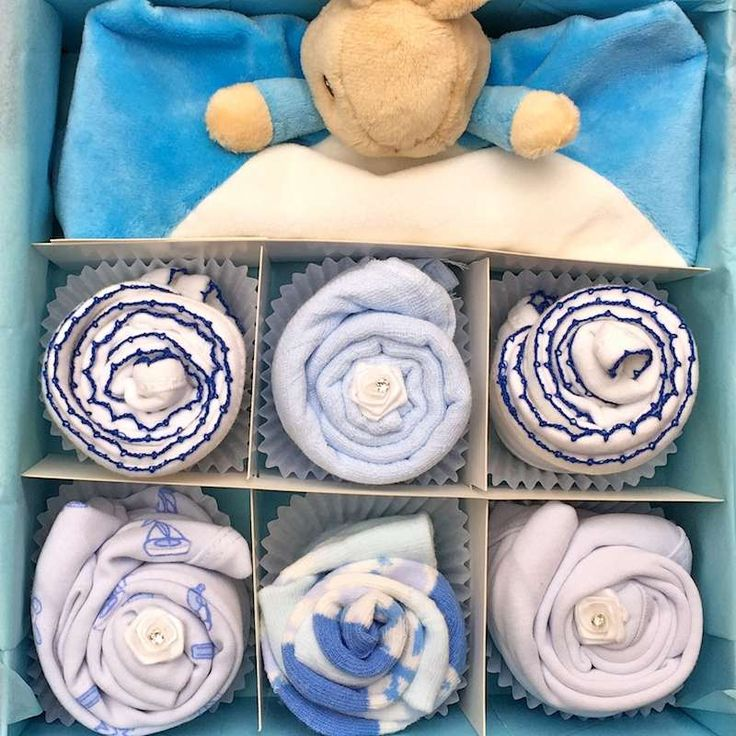 This cupcake gift set will be adored by any little baby boy! Featuring a gorgeous Peter Rabbit comforter! This set is also available in Pink too with Flopsy rabbit. Comes presented in a small blue or white gift box. Cupcake contents x1 Blue or white keepsake gift box x1 Peter Rabbit Comforter x2 White/blue or blue bibs x1 Small blue muslin x2 Short sleeve bodysuits (0-3 or 3-6 or 6-12) x2 pairs of socks (0-3 or 3-6 or 6-12) x1 handmade gift card (please insert message at checkout)